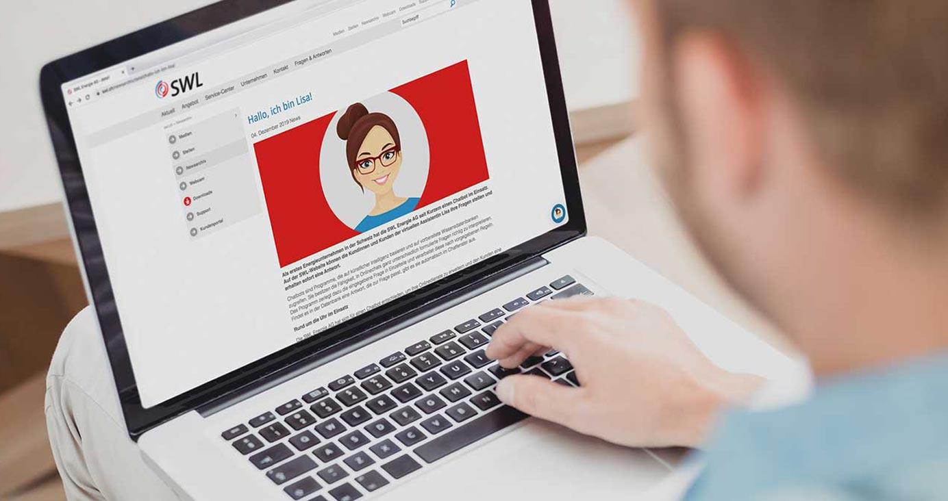 Mann mit geöffnetem Chatbot der SWL Energie AG auf dem MacBook Pro